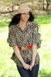 Donna sveglia del brunette con il cappello Fotografia Stock Libera da Diritti