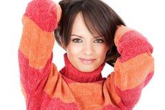 Donna sveglia del brunette in un maglione rosso-arancione delle lane Fotografia Stock Libera da Diritti