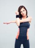 Donna sveglia di forma fisica che allunga le mani Fotografia Stock