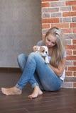 Donna sveglia di signora con il cucciolo Fotografia Stock Libera da Diritti