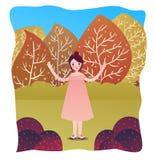 Donna sveglia felice che sta da solo nella stagione di caduta del giardino con la foresta dell'albero dietro Immagine Stock