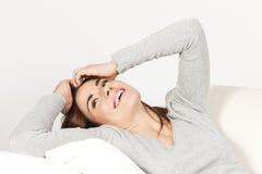 Donna sveglia sul sofà Fotografia Stock Libera da Diritti