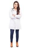 Donna sveglia in un cappotto del laboratorio fotografia stock libera da diritti