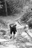 Donna tailandese anziana che cammina in salita Fotografia Stock Libera da Diritti