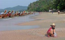 Donna tailandese anziana sulla spiaggia di Ao Nang in Tailandia Fotografie Stock Libere da Diritti