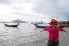 Donna tailandese che gioca sulla spiaggia al paesino di pescatori Koh Phithak Island Immagine Stock Libera da Diritti