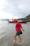 Donna tailandese che gioca sulla spiaggia al paesino di pescatori Koh Phithak Island Immagine Stock