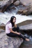 Donna tailandese con la cascata di Mae Ya, Chiangmai Tailandia Fotografia Stock Libera da Diritti