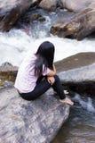 Donna tailandese con la cascata di Mae Ya, Chiangmai Tailandia Fotografie Stock