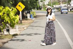 Donna tailandese dei viaggiatori che cammina accanto alla strada dopo attraverso la via di Phe di divieto in Rayong, Tailandia immagini stock