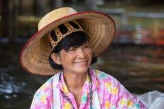 Donna tailandese del ritratto in Taling Chan Floating Market Bangkok, Tailandia Fotografie Stock