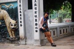 Donna tailandese del viaggiatore al tempio del figlio di Ngoc a Hanoi Fotografia Stock Libera da Diritti