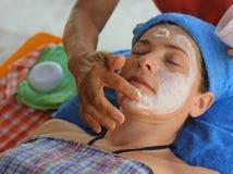 Donna tailandese di massaggio del fronte capo con gli occhi chiusi e le mani di massaggio fotografia stock libera da diritti