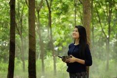 Donna tailandese sotto gli alberi di gomma Fotografie Stock Libere da Diritti