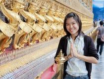 Donna tailandese in tempiale Fotografie Stock
