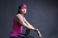 Donna tatuaata nel colore rosa Fotografia Stock Libera da Diritti