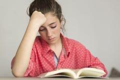 Donna teenager che legge un libro Immagine Stock