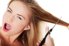 Donna teenager che va tagliare i suoi capelli Fotografie Stock
