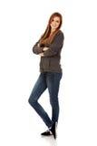 Donna teenager felice con le armi piegate Fotografie Stock