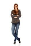 Donna teenager felice con le armi piegate Fotografia Stock