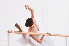 Donna tenera mentre stando nella posa di balletto Immagini Stock