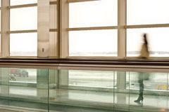 Donna in terminale Fotografia Stock