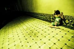 Donna terrorizzata sulla parete fotografia stock libera da diritti