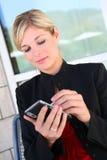 Donna Texting di affari Immagine Stock