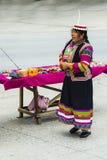 Donna tibetana variopinta del venditore del clan di Whitehorse Fotografia Stock