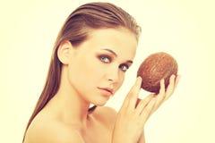 Donna topless attraente con la noce di cocco Immagini Stock