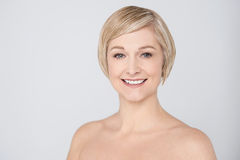Donna topless che sorride sopra il grey Fotografie Stock Libere da Diritti