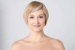 Donna topless che sorride sopra il grey Fotografia Stock Libera da Diritti