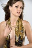 Donna topless con la sciarpa dell'oro fotografie stock libere da diritti
