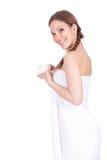 Donna in tovagliolo bianco con la tazza di caffè Fotografie Stock