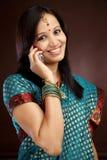 Donna tradizionale che parla sul cellulare Fotografie Stock