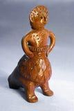 Donna tradizionale del fischio del giocattolo dell'argilla in sundress Fotografia Stock
