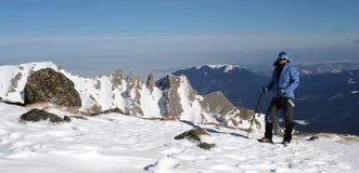 Donna Trekking in inverno Immagini Stock