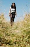 Donna trekking sola nella natura Immagine Stock Libera da Diritti