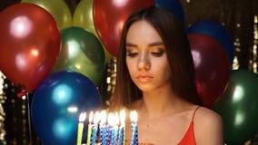 Donna triste al dolce della tenuta della festa di compleanno con le candele archivi video