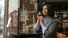 Donna triste in caffè accogliente facendo uso dello smartfone archivi video