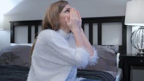 Donna triste che grida mentre sedendosi a letto video d archivio