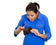 Donna triste che mostra portafoglio vuoto Fotografia Stock Libera da Diritti