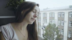 Donna triste che si appoggia la finestra video d archivio