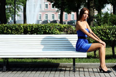 Donna triste che si siede sul banco Fotografia Stock