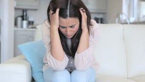 Donna triste che si siede sul sofà video d archivio