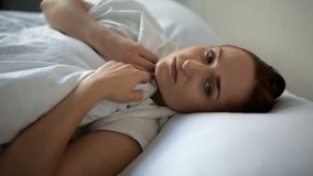 Donna triste che si trova a letto a casa stock footage