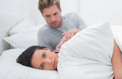 Donna triste che trascura il suo partner nel suo letto Immagini Stock Libere da Diritti