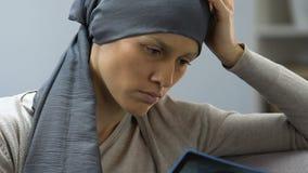Donna triste con cancro che esamina immagine dei raggi x, scoraggiata, nessuna volontà per lottare archivi video