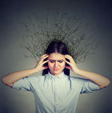 Donna triste con il cervello sollecitato preoccupato di espressione del fronte che si fonde nelle linee domande Fotografia Stock