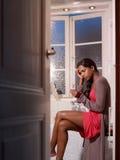 Donna triste con il kit della prova di gravidanza Fotografie Stock Libere da Diritti